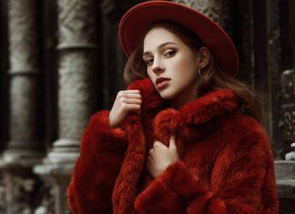 Kobieta w ubraniu damskim na zimę